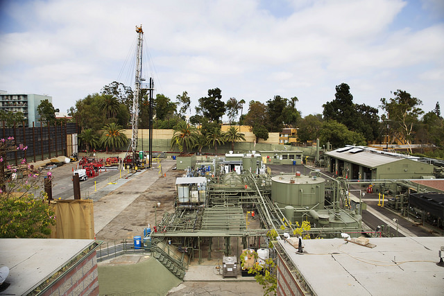 The Murphy oil site in West Adams, Los Angeles, sits as close as 200 feet from homes and playgrounds. Sarah Craig/Faces of Fracking (CC BY-NC-ND 2.0)